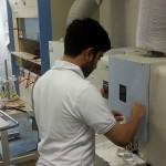 鳥取県産業技術センターでポーラスαの分析を行うAlmansooriさん